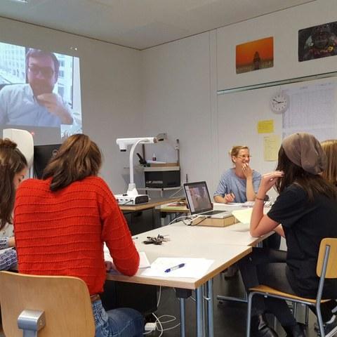 Skypen mit Amerika-Korrespondent Peter Düggeli (SRF) während der US-Wahlen. Vergrösserte Ansicht